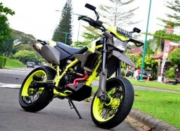Modifikasi Kawasaki D-Tracker 250 Tampil Supermoto