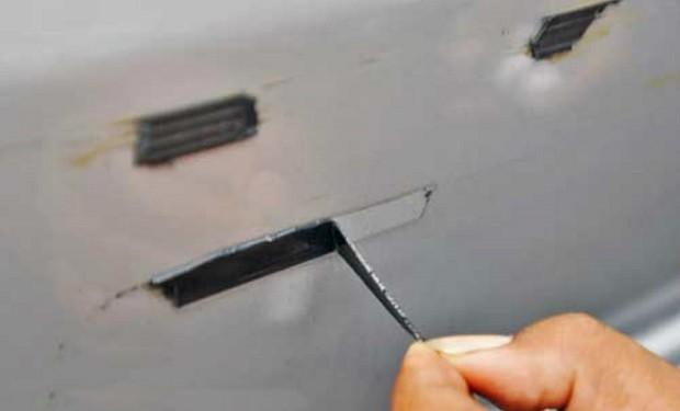 Menghilangkan Bekas Stiker dan Aksesori Tempelan Pada Bodi Mobil