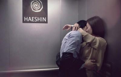 Sudut Ciuman. Bila si dia senang mencium Anda dengan memiringkan kepalanya (supaya Anda tak ikut repot), ini pertanda ia adalah pribadi yang kompromis