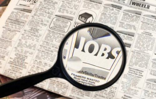 mencari-cari lowongan pekerjaan di tempat lain