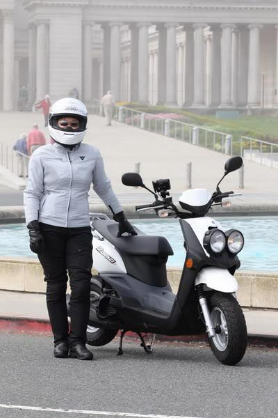 Gunakan Celana Panjang saat mengendarai motor