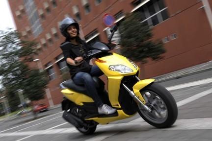 Tips Aman Mengendarai Motor Bagi Perempuan