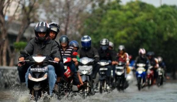 Tips Bagi Pengendara Motor Saat Hujan