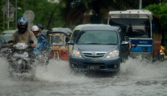 Tips Mengemudi Kendaraan Saat Hujan