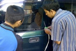 Cara Membuka Pintu Mobil Terkunci dari Dalam