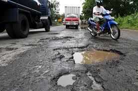 Tips Jika Terpaksa Melewati Jalan yang Berlubang