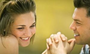 Tips Menarik Perhatian Pria Bagi Wanita Pemalu