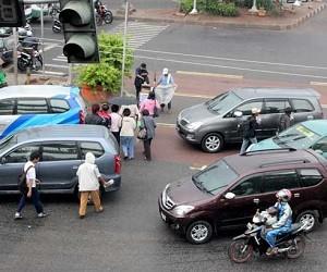 Tips Aman berkendara Saat Pejalan Kaki Sedang Ramai