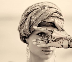cara-membuat-batik-di-tangan-dengan-henna